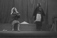50年に俳優座の創作劇研究会で上演された「花子」(田中千禾夫作・演出)の舞台。左が花子役の河内、右は母親役の菅井きん=いずれも河内さん提供
