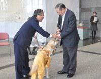 盲導犬を手渡される神田さん(右)