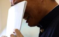 最後の授業で作文を読み上げる分校生。親への思いを語ると、声を震わせてノートで顔を覆った=長野県松本市で2017年3月8日、小川昌宏撮影