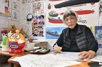 アトリエで執筆する小沢さとるさん=千葉県八千代市で、西本勝撮影