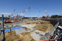 報道陣に公開された新国立競技場の建設現場=東京都新宿区で2017年3月24日午前11時18分、根岸基弘撮影