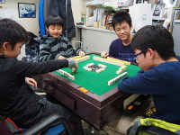 Children cheerfully play a game of mahjong at one of Neuron's mahjong schools in Tokyo's Shinagawa Ward. (Mainichi)