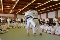 大外刈りを実演する田知本選手(中央左)=新潟市中央区で