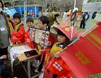 自分たちで調べた地域のことを発表する大阪教育大付属平野小3年の子どもたち=大阪市平野区で、平川義之撮影