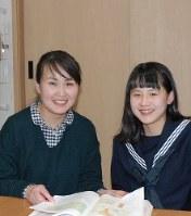 看護師を目指して勉強を続ける田尻あおいさん。右は長女凜さん=熊本県合志市で10日