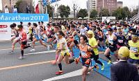 号砲でスタートする「とくしまマラソン2017」の参加者たち=徳島市かちどき橋付近で、松山文音撮影