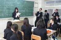 出前授業で、グループディスカッションの報告をする美唄聖華高の生徒