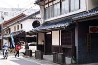 町家の面影を残す建物が並ぶ旧街道=広島市安佐北区で、山田尚弘撮影