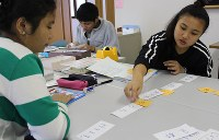日本語を一から学び、高校の受験勉強も行う「虹」教室の生徒たち=滋賀県草津市で昨年10月、大澤重人撮影
