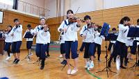 音に合わせて体を動かしながらアンコール曲「フィドルファドル」を披露するスーパーキッズ・オーケストラ=京都市中京区の市立高倉小学校で、国本ようこ撮影