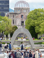 原爆慰霊碑南側から望む原爆ドーム=広島市中区で、山田尚弘撮影