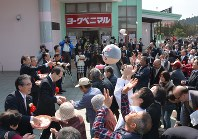 Rice cakes are tossed to a crowd ahead of the full-scale opening of Sakura Mall Tomioka, a publically-established and privately-run mall, in Tomioka, Fukushima Prefecture, on March 30, 2017. (Mainichi)