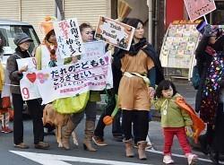 安全保障関連法に反対する市民らは、ハロウィーンの仮装をして平和を訴えた=豊橋市で