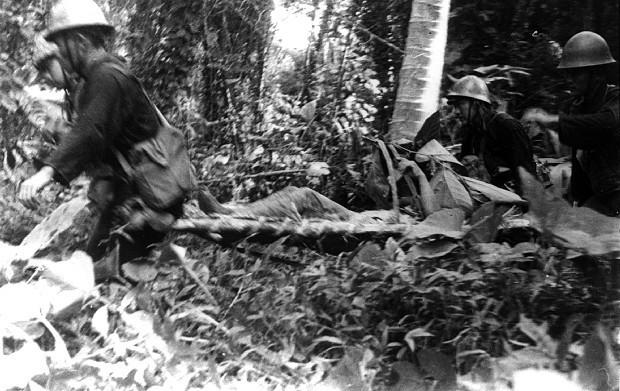 ジャングルの中で、負傷兵を護送する衛生隊。水木さんはこの地で多くの戦友を失った=ニューブリテン島ラバウルで1944年