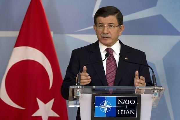 NATO本部で記者会見するトルコのダウトオール首相=ブリュッセルで2015年11月30日、AP