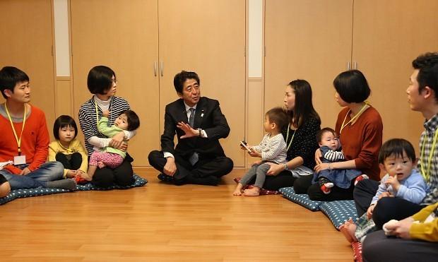 「1億総活躍社会」の真意は……。産前・産後ケア施設を視察する安倍晋三首相(中央)=埼玉県和光市で、代表撮影