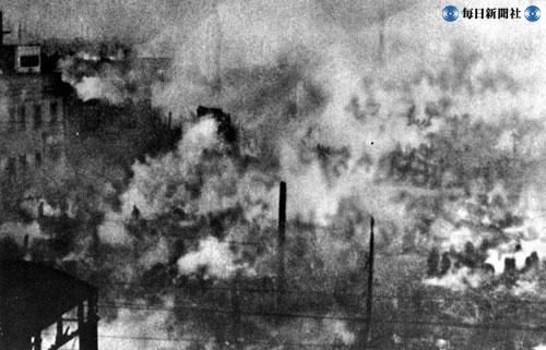 爆撃で燃える日本橋付近 ...