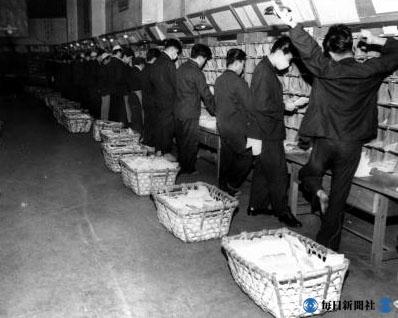 歳末:アメ横盛況、髪結いが大繁盛……昭和20~30年代の歳末風景
