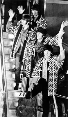 ハッピ姿でタラップを降りるビートルズ、手前からポール・マッカトニー、ジョン・レノン、リンゴ・スター、ジョージ・ハリスン=1966年6月29日