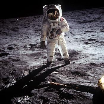 月面を歩くオルドリン飛行士=1969年7月20日撮影(NASA提供)