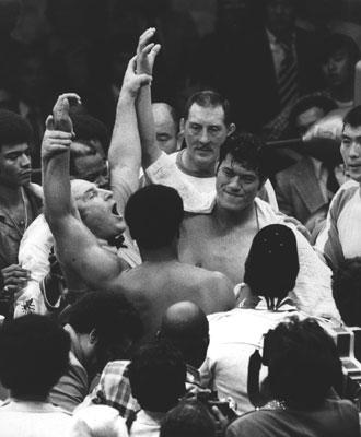 「格闘技世界一決定戦」の最終ラウンドを終わり、レフェリーのジン・ラーベルがプロボクシング世界ヘビー級王者、ムハマド・アリ(米国・手前)と、プロレスNWF王者アントニオ猪木(向かい側)の腕を挙げドロー