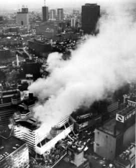 出火後3時間経っても燃え続けるホテルニュージャパン。右上の高層ビルは霞ケ関ビル=東京・千代田区永田町で、本社ヘリから1982年2月8日撮影