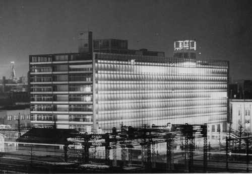 =夜空に浮かぶ新庁舎、1957年2月撮影