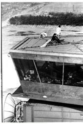 管制室内を占拠、機器を破壊するゲリラと、屋上に避難し救出を待つ管制官たち =1978年3月26日午後2時40分、毎日新聞社ヘリから撮影