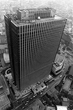 日本一高い霞が関ビルが昭和43年4月、東京・千代田区霞が関に完成。地上36階、地下3階で高さは147メートル、建築費は150億円だった=1968年4月12日、本社ヘリから撮影
