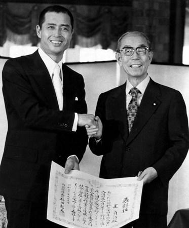 756号のホームラン世界最高記録を達成した巨人軍の王貞治選手(左)に「国民栄誉賞」を贈る福田赳夫首相=東京・千代田区の首相官邸で(肩書などはいずれも当時)