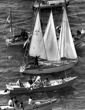 ヨット単独無寄港世界一周に挑戦し、大阪・淡輪ヨットハーバーを出航した堀江謙一さんのヨット「マーメイド二世」号=昭和47(1972)年11月12日撮影