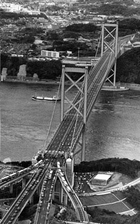 九州側から見た関門橋。向こう側は下関市=昭和48年11月撮影