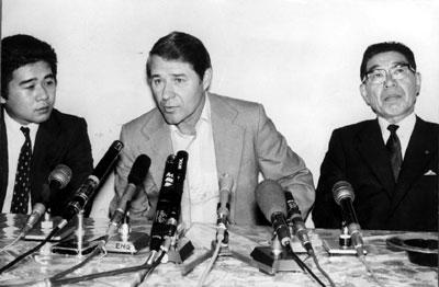 甲子園球場で退団を発表するブレイザー監督。右は当時の小津正次郎球団社長(故人)=1980年5月15日撮影