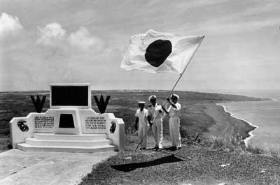 昭和43年6月26日、小笠原諸島が日本に返還された。激戦の地、硫黄島で返還の式典が行われ摺鉢山の山頂に日の丸がはためいた。左はアメリカ軍戦勝記念碑