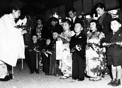玉ぐしをささげる七五三の子供たち=神田明神で、1952年11月15日撮影