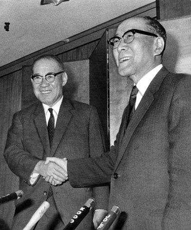 新日本製鉄の実現が確定し、東京・大手町の経団連ビルで行われた記者会見の席で感激の握手を交わす永野重雄富士製鉄社長(左)と稲山嘉寛八幡製鉄社長=1969年10月30日撮影