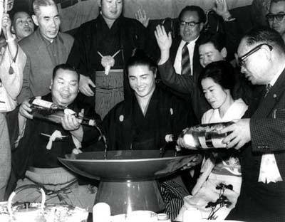 新入幕から6場所目に優勝し大関昇進が確実となった大鵬(中央)=1960年11月27日撮影