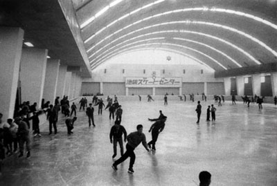 オープンした池袋スケートセンターの内部=1960(昭和35)年撮影