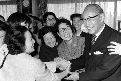 当選の翌日、代々木の婦選会館を訪れ主婦たちから握手攻めにあう美濃部新知事=1967年4月17日