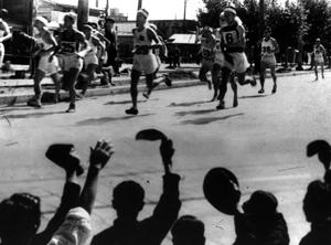 大阪・難波別院前―国鉄池田駅往復のフルマラソンコースで行われた「全日本毎日マラソン」=1946年10月20日撮影