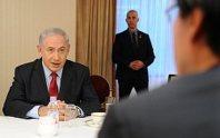 毎日新聞のインタビューに答えるイスラエルのネタニヤフ首相(左)。右手前は毎日新聞の伊藤芳明主筆=東京都千代田区で2014年5月13日、丸山博撮影