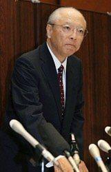 険しい表情で記者会見の席につく朝日新聞社の木村伊量社長=東京都中央区で2014年9月11日午後7時31分、梅村直承撮影