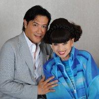 対談前、記念写真に納まる黒柳徹子さん(右)と別所哲也さん=東京都内のホテルで2014年6月30日、竹内幹撮影