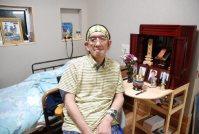 「ずっとここで生きていく。実家から位牌や写真を持って来た」と話す渡辺栄一さん=熊本県水俣市浜町の「おるげ・のあ」で2014年7月、平野美紀撮影