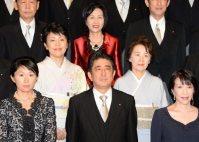 5人の女性閣僚に囲まれ、記念撮影に臨む安倍晋三首相=首相官邸で2014年9月3日、毎日新聞撮影