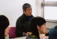 後方の窓際で授業を聴く高倉健さん=東京都新宿区の早稲田大学で2012年11月22日
