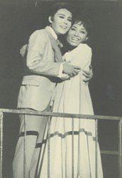 「ウエストサイド物語」で名曲「トゥナイト」を歌うトニー役の古城都(左)とマリア役の八汐路まり