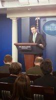 ホワイトハウスの会見室でキューバに関するオバマ米政権の政策転換を説明 するアーネスト大統領報道官=17日、和田浩明撮影
