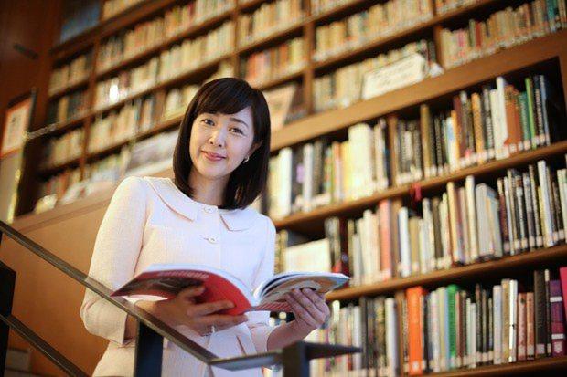 本に囲まれる菊池桃子