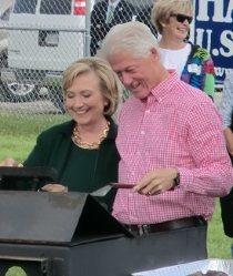 2014年9月14日、米アイオワ州での集会でバーベキューをするヒラリー・クリントン前国務長官(左)と夫ビル・クリントン元大統領=及川正也撮影